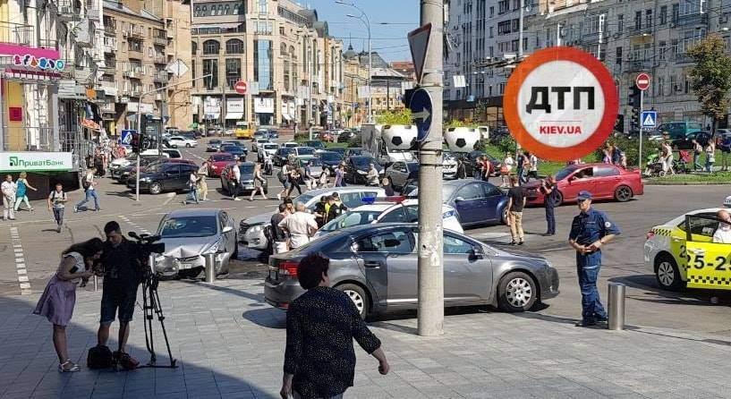 В Киеве столкнулись три автомобиля: одно из них загорелось (фото)