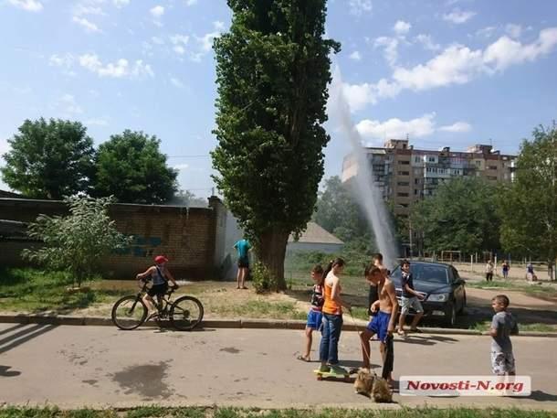 В Николаеве из-за прорыва водопровода бьет фонтан высотой с шестиэтажный дом (фото)