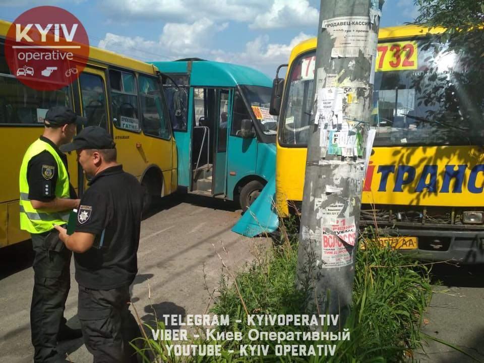 Под Киевом маршрутка вылетела на встречную и врезалась в два автобуса, пострадали четыре человека (фото)