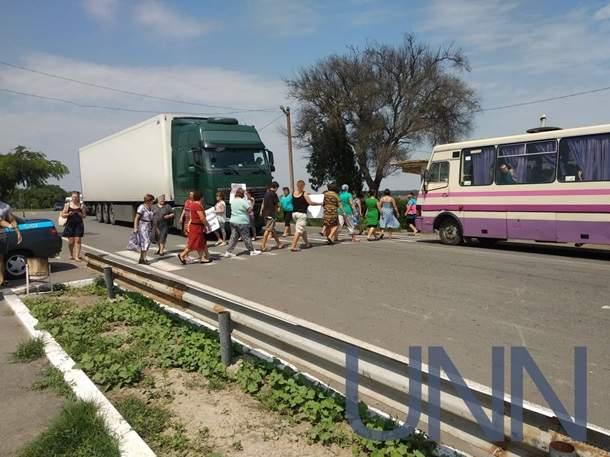 В Одесской области местные жители перекрыли две трассы (фото)