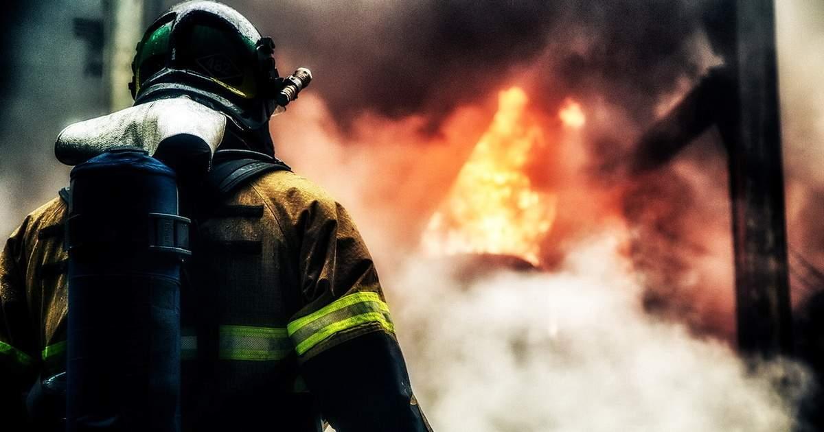 В Киеве в многоквартирном доме произошел пожар (видео)