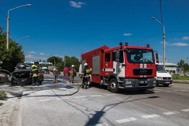 В Днепре на ходу загорелась машина с детьми (фото)