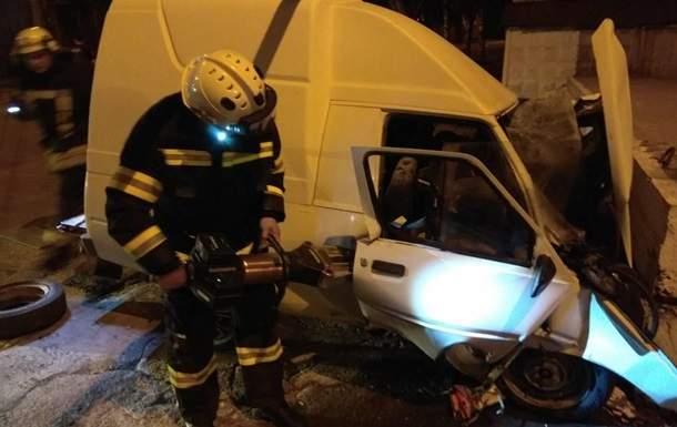 В Донецкой области легковушка влетела в отбойник, погибли два человека (видео)