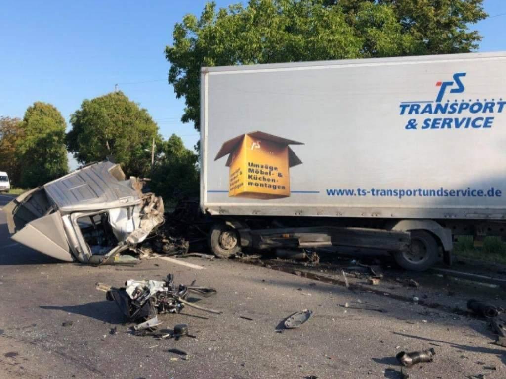 На трассе Киев-Чоп произошло тройное ДТП с участием грузовика: у последнего снесло кабину (фото)