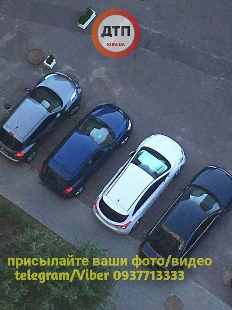 В Киеве прямо на парковке злоумышленник разбил стекло автомобиля и украл видеорегистратор (фото)