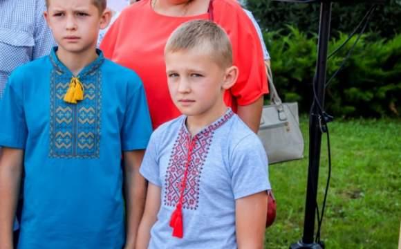 В Луцке дети погибших на Донбассе атошников получили «утешительный» подарок - вышиванки
