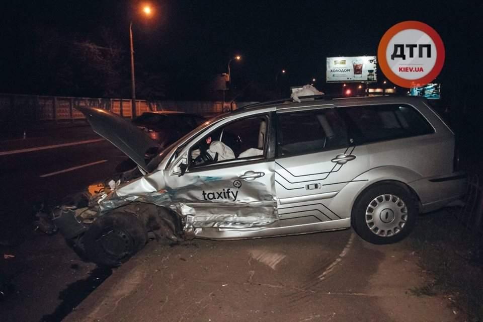 В Киеве легковушка врезалась в автомобиль службы такси