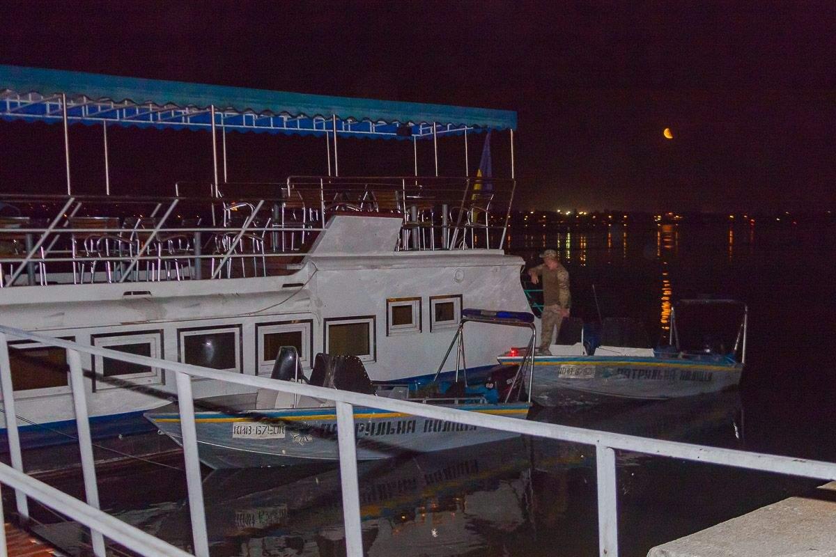 В Днепре нетрезвый водитель катера врезался в ресторан на воде (фото)