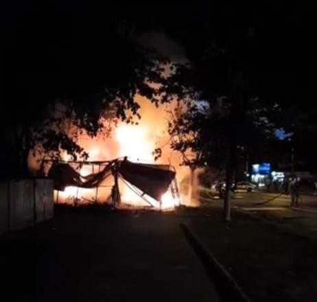 В Одессе из-за пожара в цветочном магазине сгорели семь павильонов