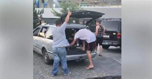 В Одессе таксист погрузил пассажиров в багажник, чтобы увезти больше людей (фото)