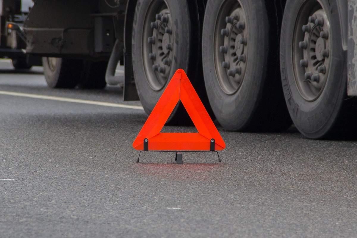 На Житомирской трассе грузовик протаранил автобус с пассажирами (видео)