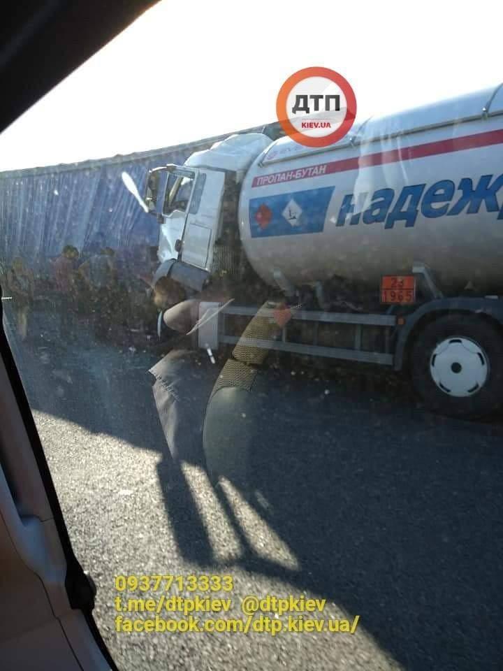 На трассе Одесса – Киев водитель бензовоза въехал в фуру (фото)