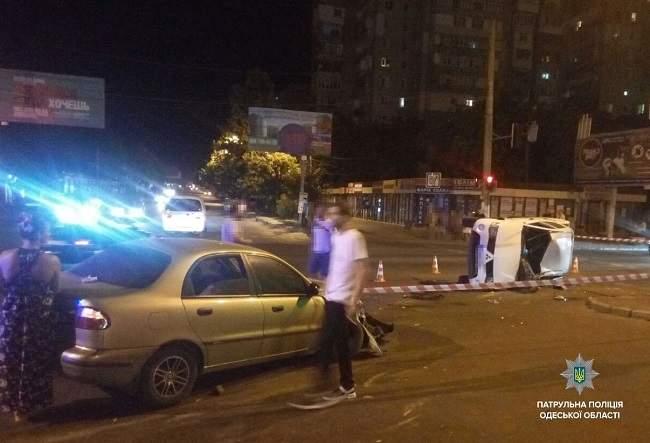 В Одессе при столкновении двух автомобилей, одно из них опрокинулось на бок (фото)