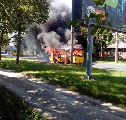 В Чернигове загорелся автобус с 20 пассажирами (фото)