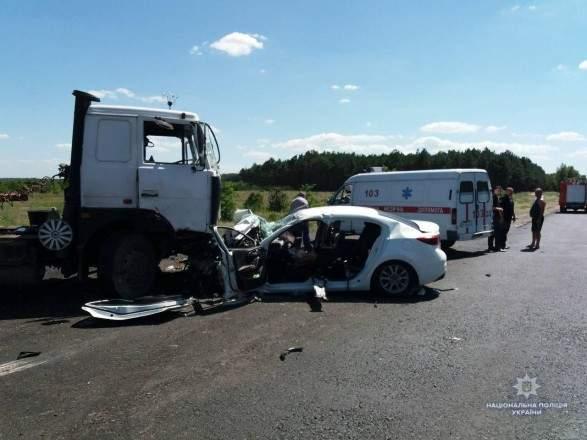 В Херсонской области легковушка влетела в стоящий грузовик, погибли двое детей (фото)