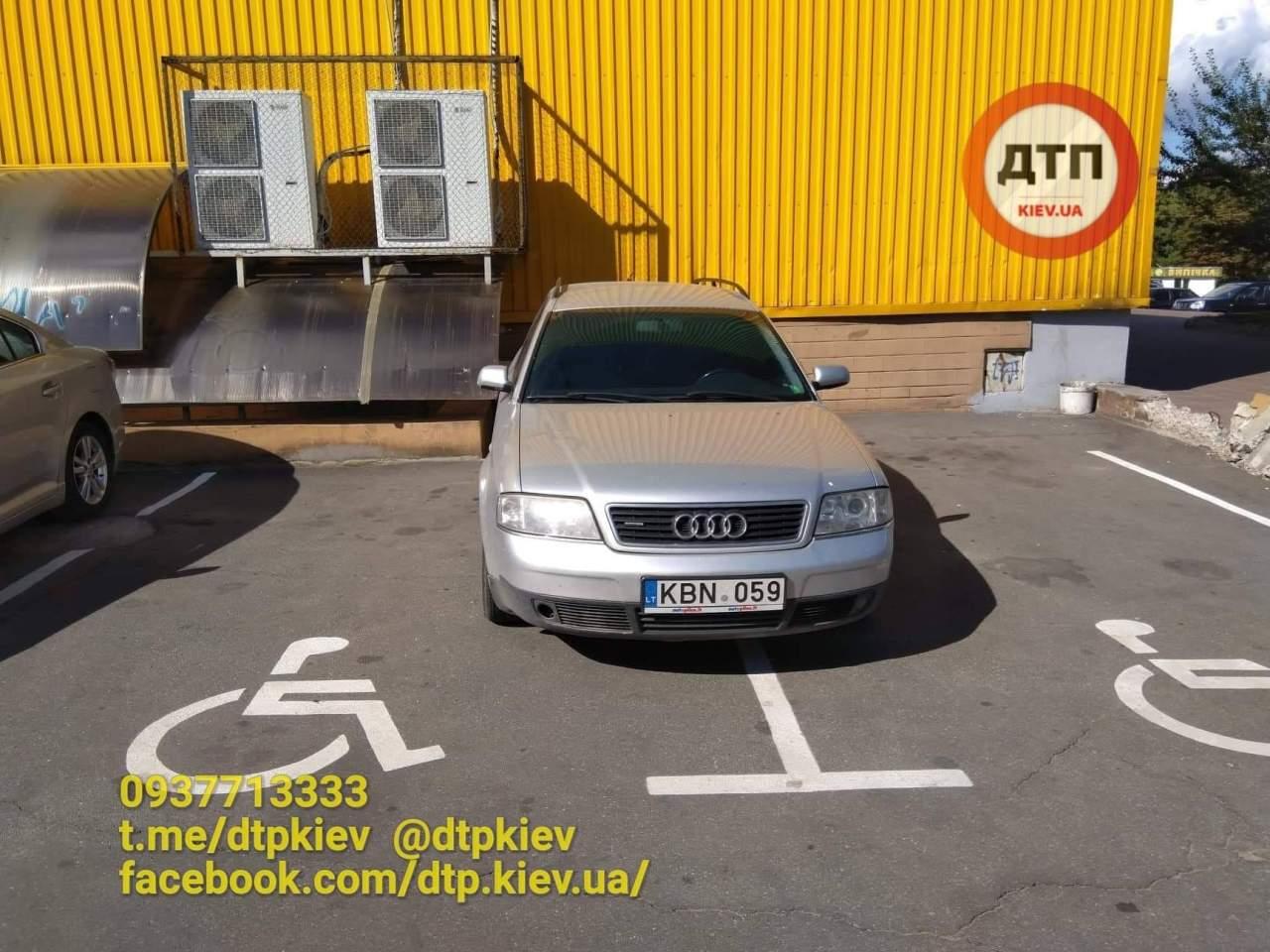 В Киеве водитель занял одновременно два парковочных места для инвалидов (фото)