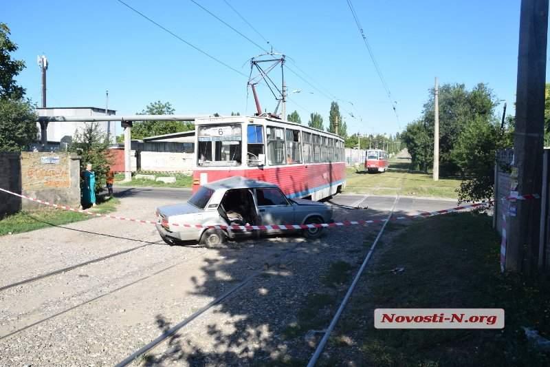 В Николаеве трамвай протаранил легковой автомобиль: есть пострадавшие (фото)