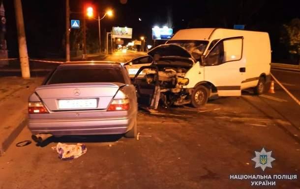 В Одессе легковушка врезалась в микроавтобус, погиб иностранец, еще семь человек пострадали