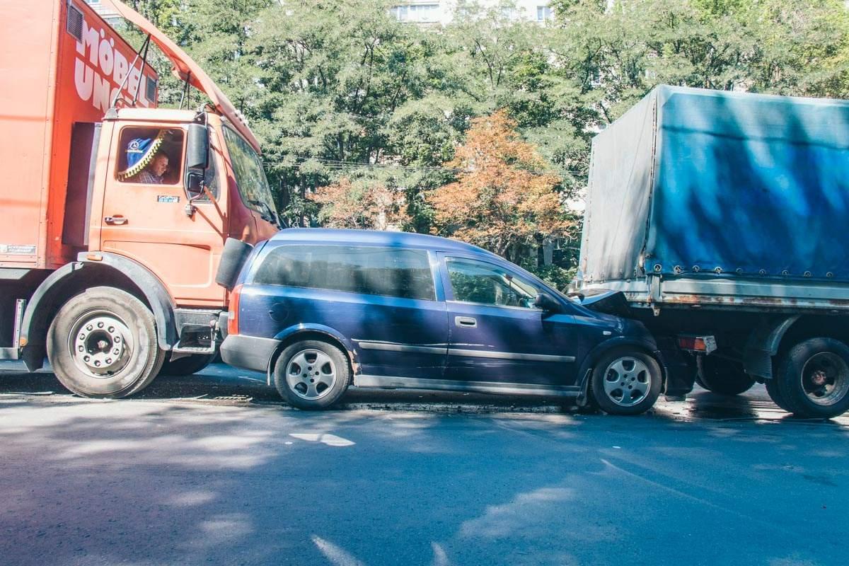 В Киеве два грузовика зажали легковушку, пострадал один человек (фото)