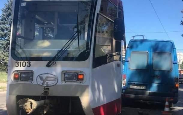 В Харькове трамвай сошел с рельсов и врезался в микроавтобус