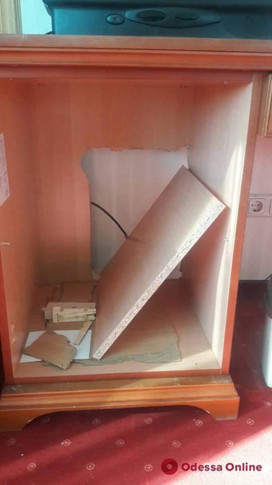 В Одессе подростки пытались украсть сейф из отеля (фото)