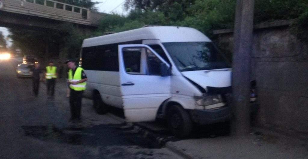 В Запорожье маршрутка попала в ДТП. 4 пострадавших