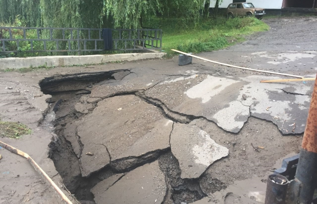 Непогода на Закарпатье: Подтоплено около 50 домохозяйств, разрушены три моста