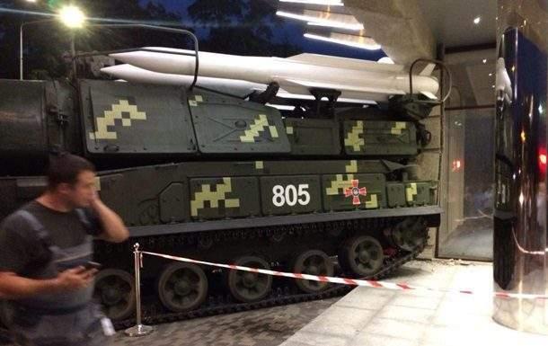 В Киеве военная техника врезалась в бизнес-центр