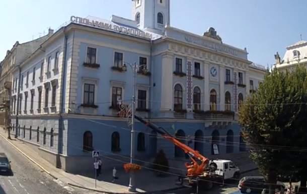 В Черновцах заметили депутата, который пытался попасть в мэрию через окно