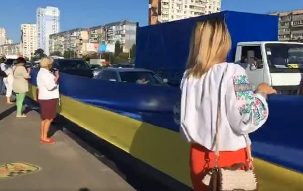 В Киеве развернули огромный флаг Украины, длинна которого составила 2700 метров