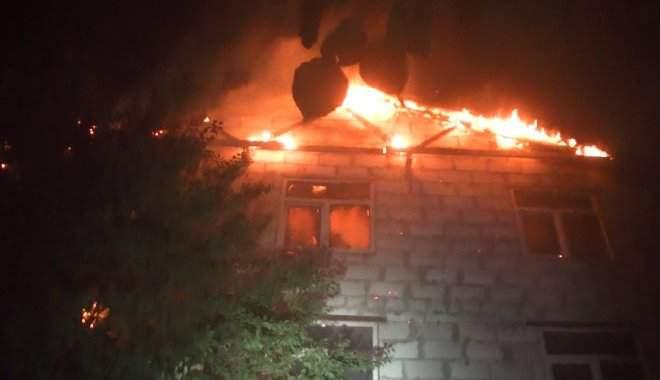 В Харькове вспыхнул дом и несколько авто