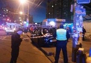 В столице автомобилист врезался в остановку. Есть пострадавшие