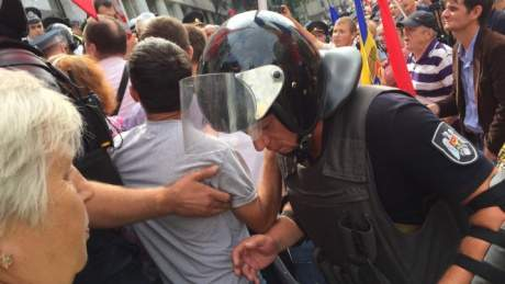 Столкновения под зданием ГПУ: Активисты требуют отставки Луценко