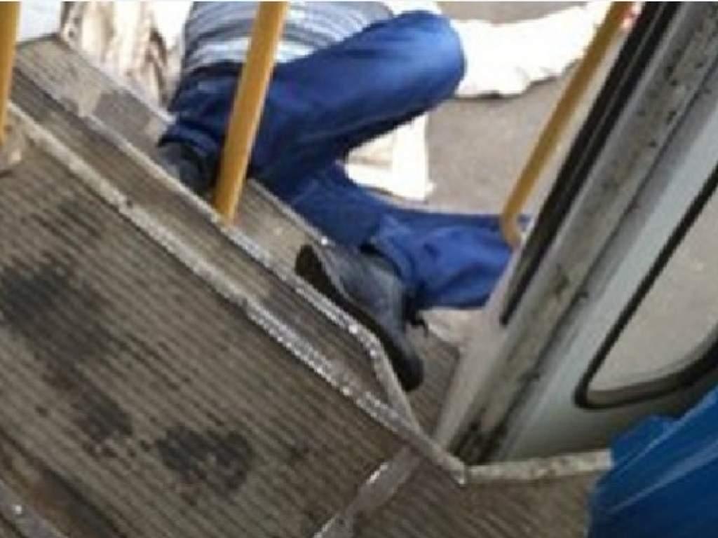 В Днепре из салона трамвая выпал пассажир