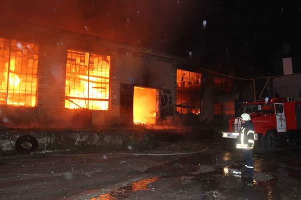 В Хмельницкой области произошёл серьёзный пожар в цехе по обработке древесины. Есть погибшие