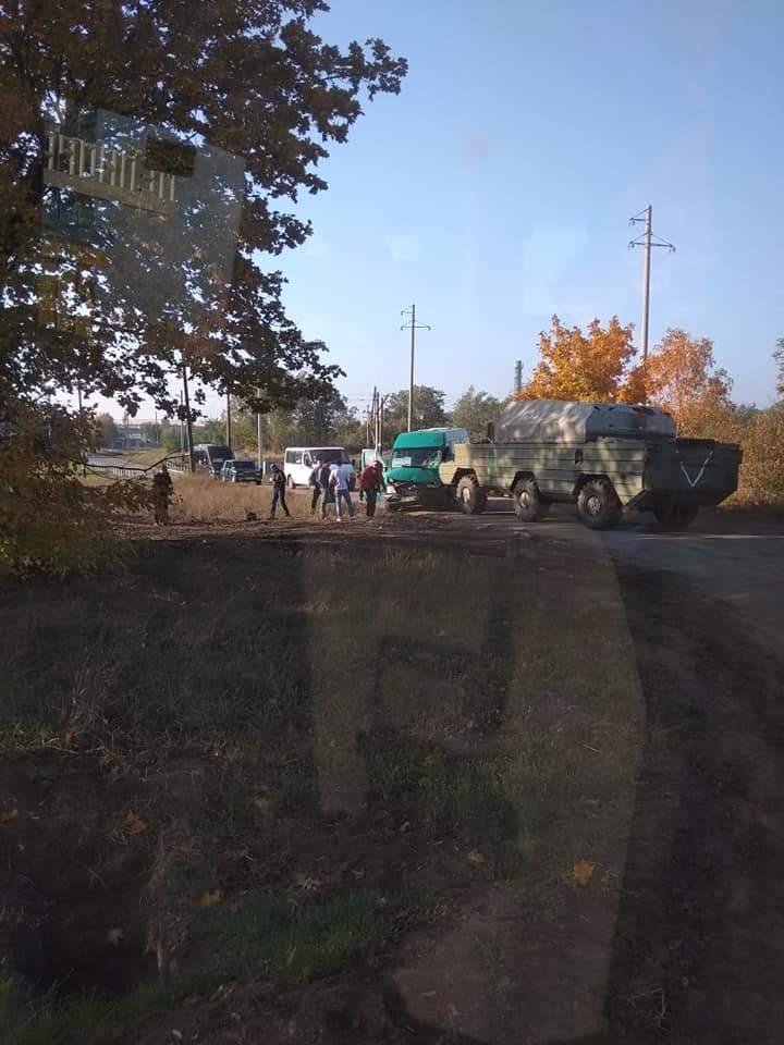 На Днепропетровщине БТР влетел в автобус