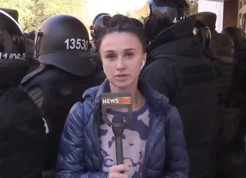 Акция протеста под МВД: Неизвестные облили журналистов клеем