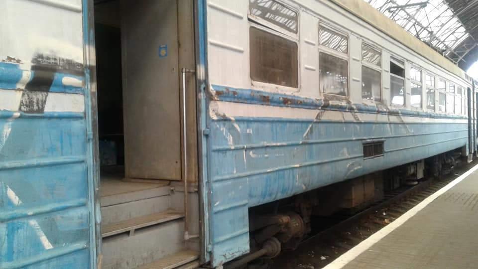 Неизвестные разрушили вагон электропоезда