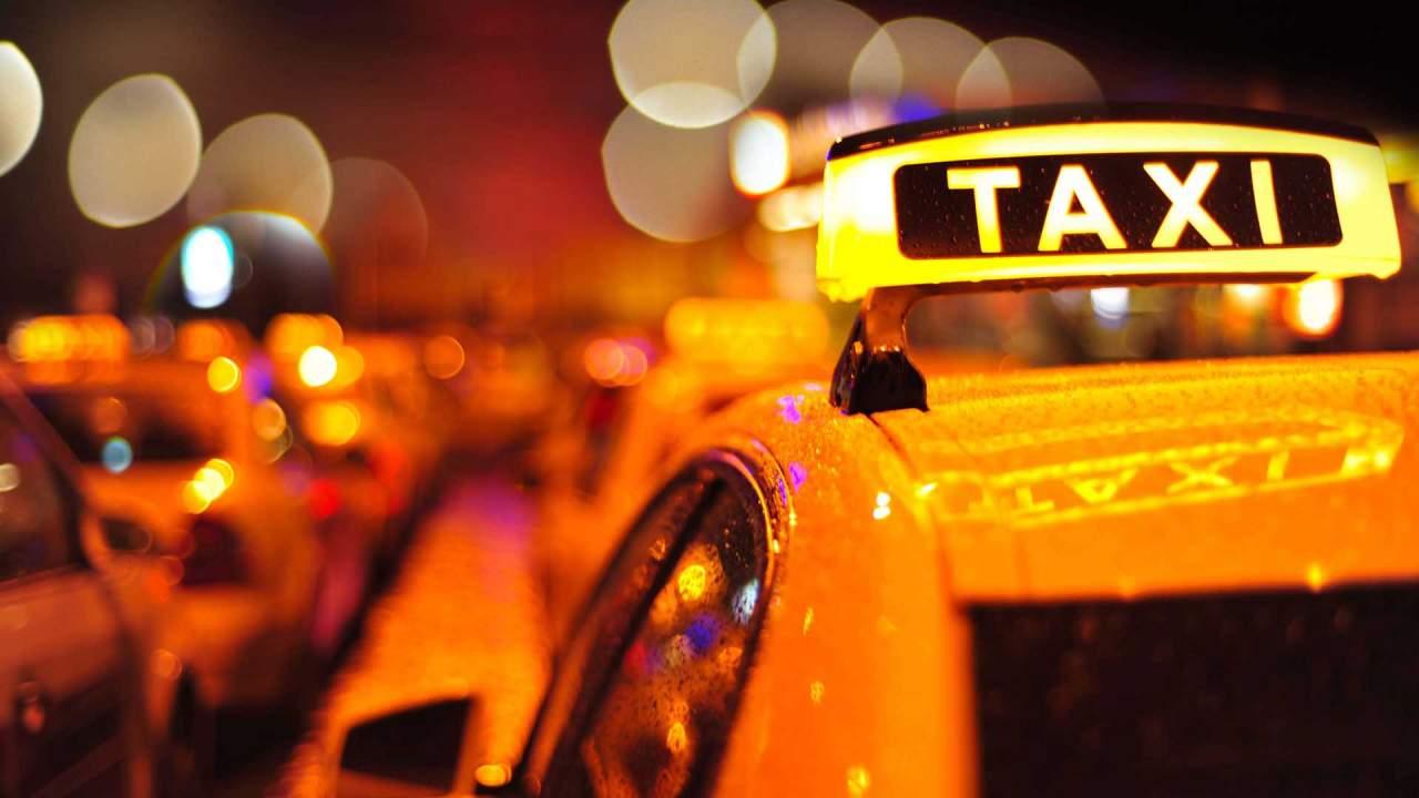 В Одессе таксист подрался с пьяной пассажиркой