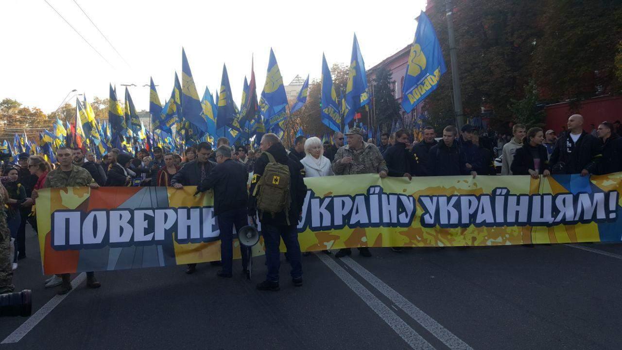 В Киеве проходит марш УПА: националисты зажгли файеры (фото)