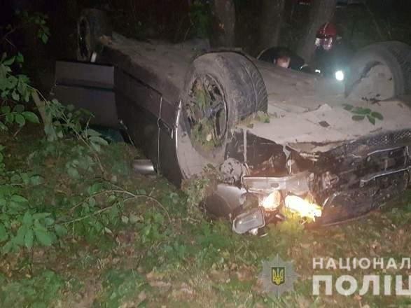 На Львовщине опрокинулся легковой автомобиль: один человек погиб, двое пострадало (фото)