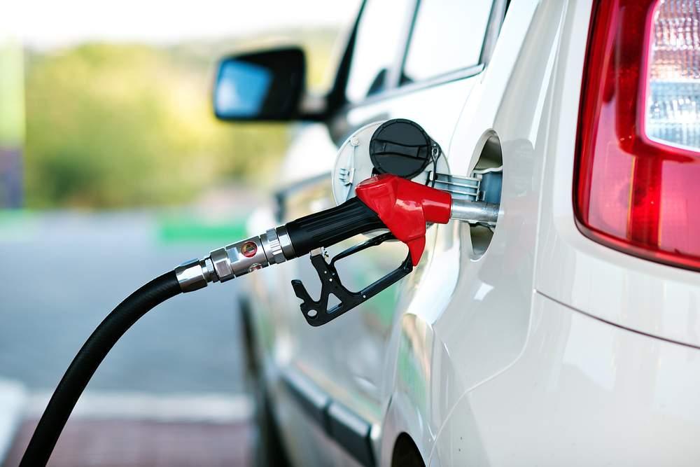 В Украине начал дешеветь бензин