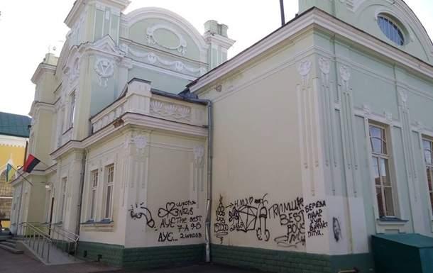 Акт вандализма на Львовщине: Неизвестные повредили Дом культуры