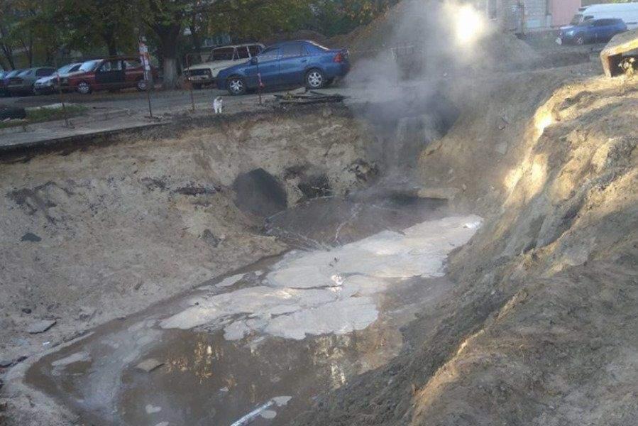 В столице произошло ЧП: Одну из улиц затопило горячей водой