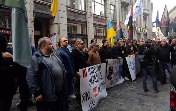 Сотни людей вышли на акцию протеста против мера Львова
