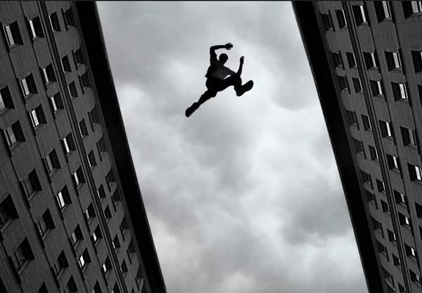 В Киеве мужчина выпрыгнул из окна многоэтажки и разбился