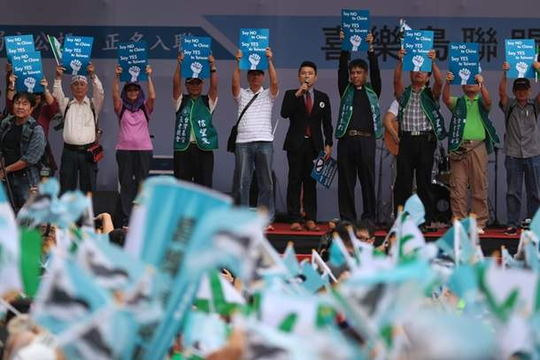 На Тайване тысячи сторонников независимости острова устроили митинг