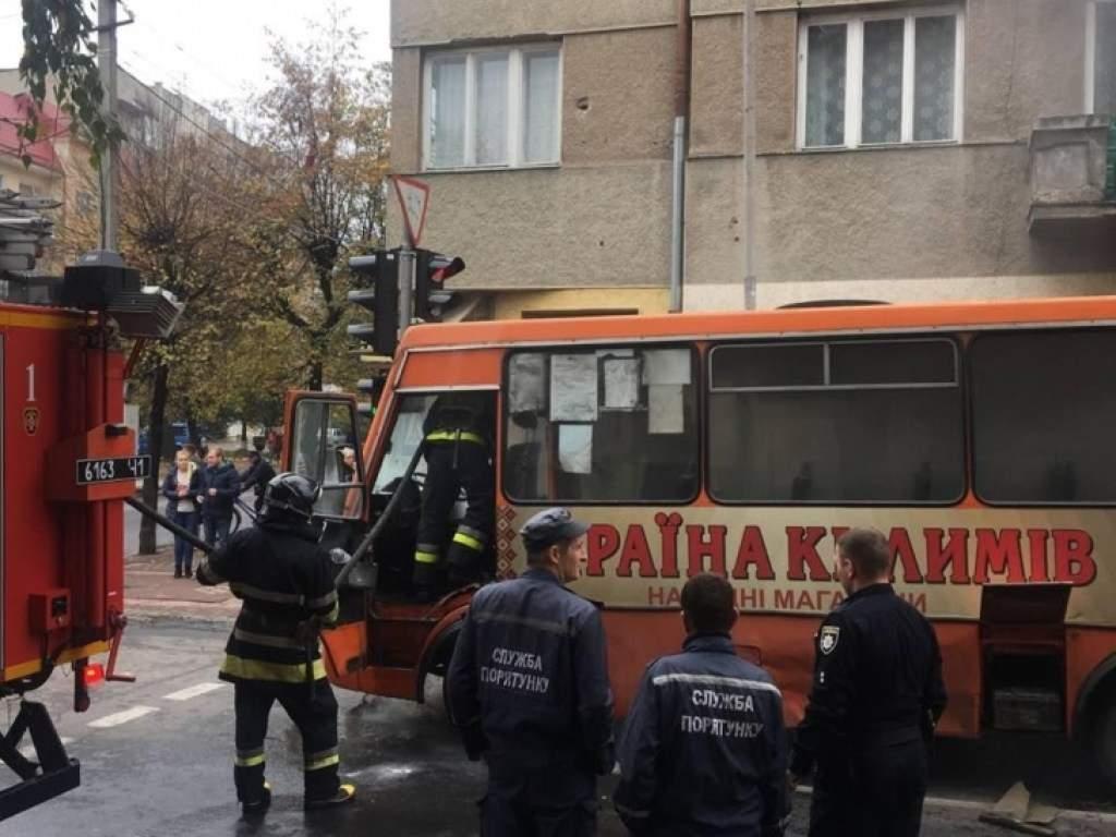 В Ивано-Франковске посреди дороги вспыхнул автобус с людьми
