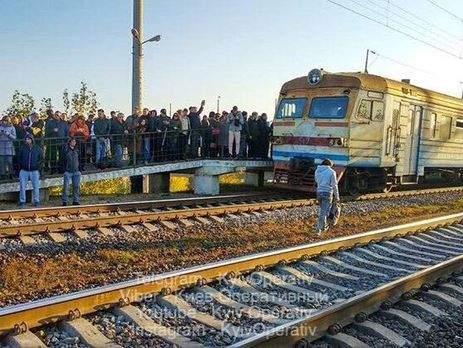 Из-за перебоев в графике электрички киевляне начали штурмовать транспорт и цепляться за вагоны сзади