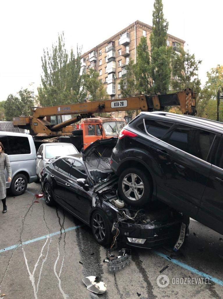 Появились новые кадры жестокой аварии в Киеве, где автокран без тормозов протаранил 17 авто (видео)